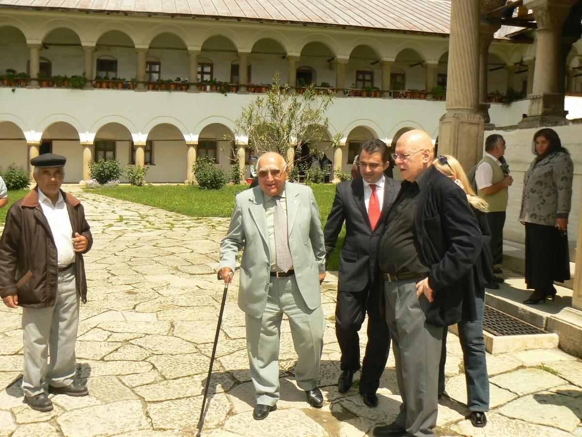 D Săraru la Hurezi 21 05 12 cu Florin Epure şi R Theodorescu