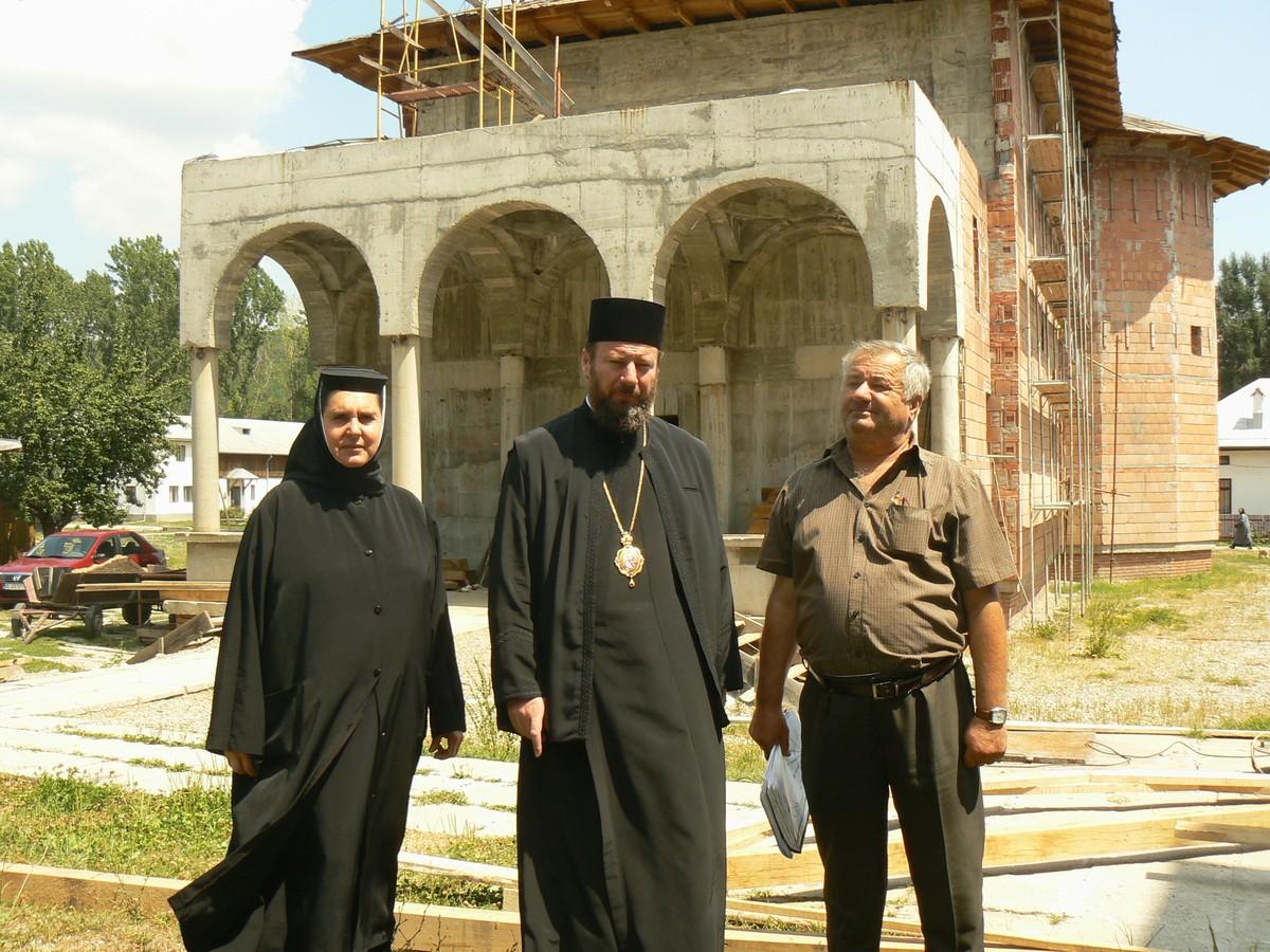 PS Lovisteanul impreuna cu stareta si seful de lucrari in fata unei biserici de la Manastirea Dintr-un Lemn