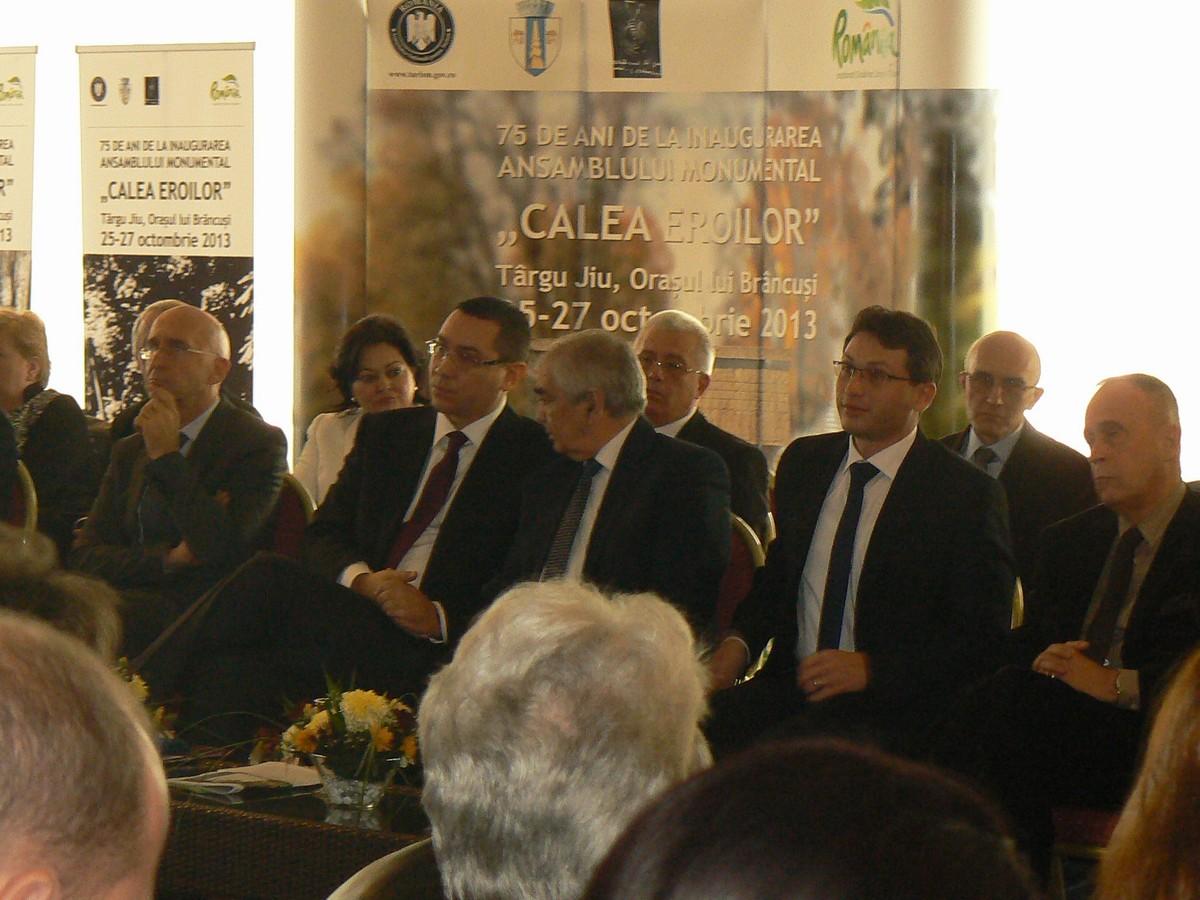Primul Ministru, Victor Ponta, între primarul Tj Jiului, Florin Cârciumaru, şi ambasadorul Franţei, Philippe Gustin