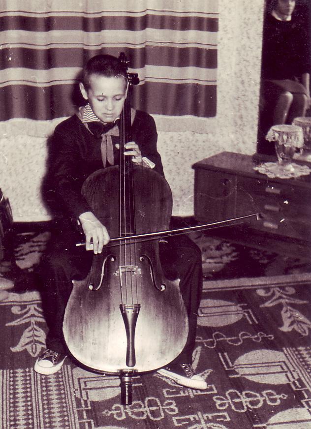 Petre Cichirdan şi violoncelul lui Leca Morariu, 1962 - Foto I. Tutunaru