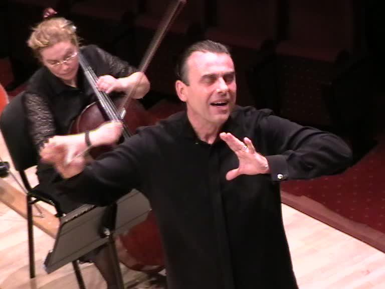 FlorinTotan dirijând orchestra simfonică a Râmnicului