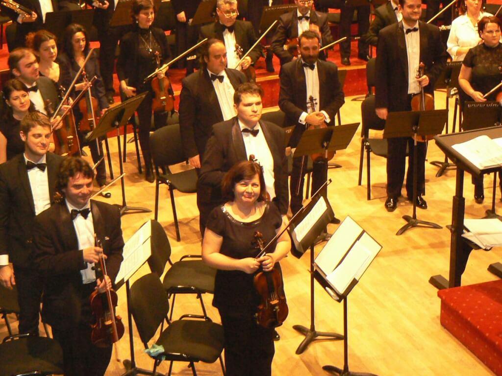 Orchestra simfonica a Filarmonicii din Ramnicu ValceaMeda Stanciu si orchestra Filarmonicii valcene