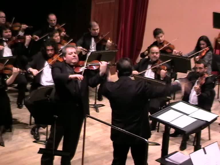 Florin Ionescu-Galaţi şi orchestra Filarmonicii vâlcene dirijor Leonard Dumitru