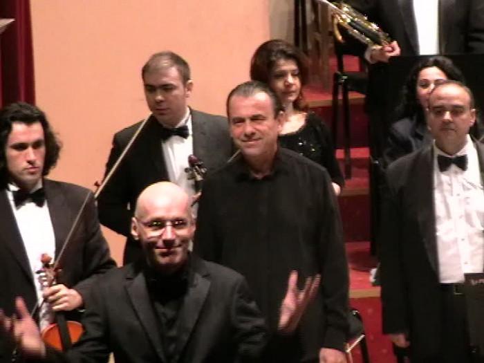 Horia Maxim şi Florin Totan intrând pe scenă